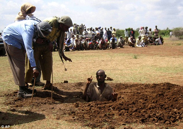 A Somali adulterer is about to be stoned to death by Somali men, their civic duty. See next image below.